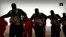Teroristé vedou vězně na popraviště.
