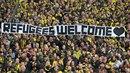 Fanoušci německého klubu Borussia Dortmund vytáhli transparent proti vyloučení...