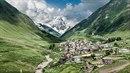 Výjev jako z pohádky. Vesnice Ushguli leží ve výšce 2 km nad mořem.