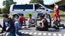 Po uzavření dálnice mezi Německem a Dánskem musí uprchlíci čekat, co bude dál..