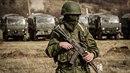 Ruský voják se zbraní.
