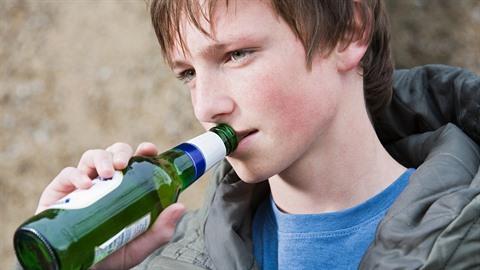 Nezletilý chlapec pije alkohol. Ilustrační foto