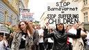 Proti Barnevernetu protestují tisíce lidí.