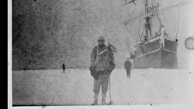 Jeden z prvních polárníků na více než 100 let staré fotografii, jejíž negativ...