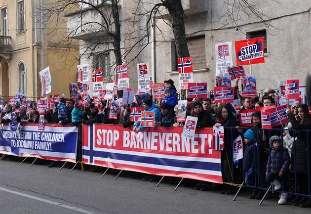 Na demonstrace proti Barnevernetu chodí stovky lidí.