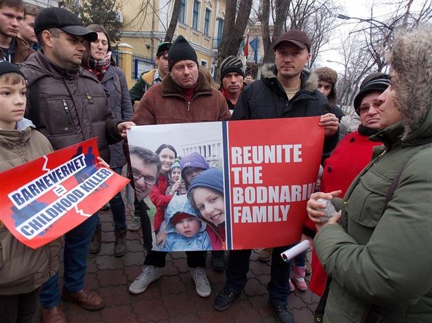 Demonstrace za rumunskou rodinu, kterou rozdělila norská sociálka.