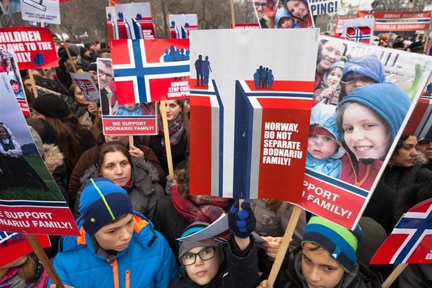 Proti Barnevernetu se na celém světě konají protesty.