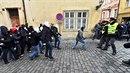 Vlevo odpůrci uprchlíků se chystají útočit na jejich příznivce.