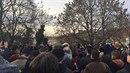 Lidé se shromáždili v parku vedle centra Klinika.
