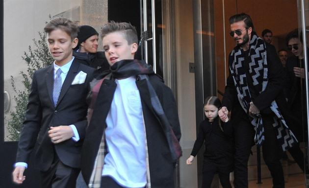 Beckham přiletěl do New Yorku na módní přehlídku své ženy Victorie se všemu  4 dětmi. 755800d87a