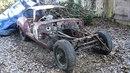Na dvorku ve francouzské vesnici Cernay 40 let stál zdevastovaný vrak Jaguaru E...