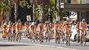 Na dvě stovky nahých cyklistů se projelo ulicemi australského Melbourne. Konala...