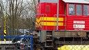 Dnes ráno nákladní vlak sešrotoval osobní auto se dvěma pasažéry.
