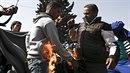 Na protest proti uzavřeným hranicím se v řeckém uprchlickém táboře Idomeni...