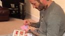 David Beckham šije po nocích šaty pro panenku své dcerky.