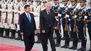 I čínského prezidenta čeká oficiální přijetí s vojenskými poctami na Pražském...