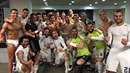 Fotbalisté Realu oslavují výhru nad Barcelonou. Ronaldo je úplně vlevo.