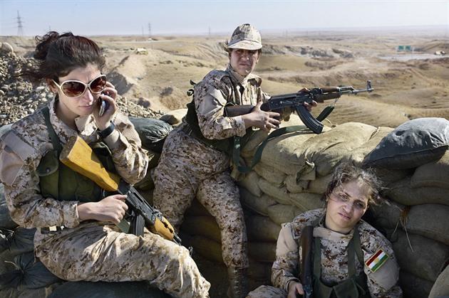 Kurdské ženy v bojové linii v emancipovaném postavení.