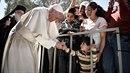 Papež František odvezl z uprchlického tábora na ostrově Lesbos dvanáct...