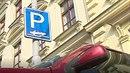Brno pokutuje řidiče, kteří neparkují přesně tak, jak je nakresleno na dopravní...
