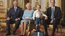 Královna Alžběta II., její syn Cahrles, vnuk William a ten nejroztomilejší,...