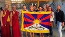 Herečka s kamarádkami se v Indii vyfotila s mnichy před tibetskou vlajkou.