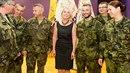 Poslankyně Jana Černochová mezi záložními vojáky a vojačkami.