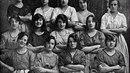 Fotografie z roku 1900 zachycuje dělnice ve mlýně v irském Belfastu. Při...