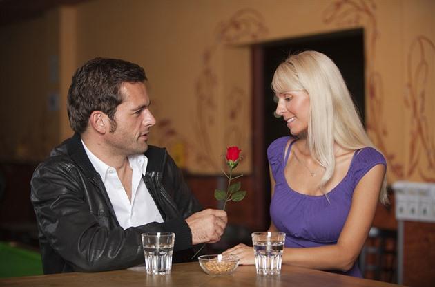 """Odkdy je randění tak složitý?"""" """"Drž se svý dráhy,"""" poradí."""