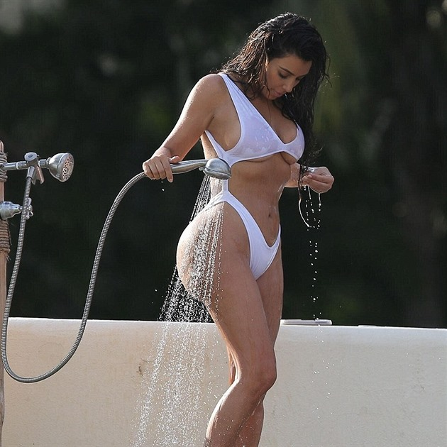 bde3507395a Kim Kardashian v plavkách a konečně bez retuše. Ale ten zadek  Divná ...