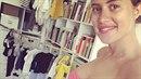 Emma Smetana nakupuje oblečení v modré barvě. Znamená to, že čekají s Jordanem...