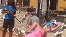 Žena se zbraní vyděsila turisty u bazénu na ostrově Fuerteventura.
