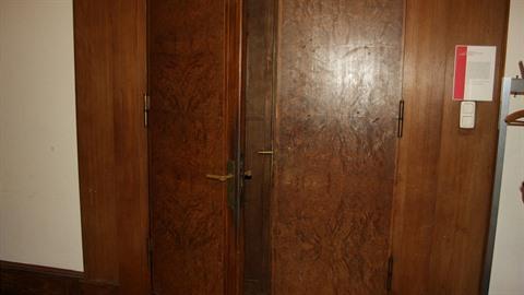 Do učebny 105, někdejší Hitlerovy pracovny, vedou původní dvojité dveře.