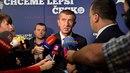Andrej Babiš jako předseda vítězného hnutí ANO je pod palbou otázek novinářů....