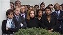 Zaměstnanci Bílého domu sledují příjezd nově zvoleného prezidenta.