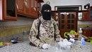 Jak připravit bombu? Bojovník Islámského státu to předvádí na novém videu.
