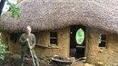 Muž si postavil levnou chatku svépomocí.