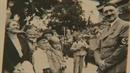 Adolf Hitler v dobrá náladě mezi svými mladými příznivci.
