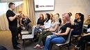Bývalý manažér Intersparu Martin Ditmar vysvětluje dívkám, jak se stát novou...