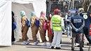 Migranti po příjezdu do Itálie podstupují povinnou lékařskou prohlídku.