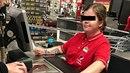 Prodavačka v pražském Kauflandu s vytetovaným hákovým křížem na ruce.