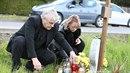 Dvojice zapálila svíčku také u pomníčku, který stojí přímo u železničního...