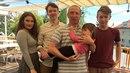Klausovic rodinka před deseti lety. Věřili byste, že ten malý chlapec vpravo...
