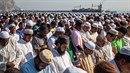 Tisíce muslimů slaví konec měsíce ramadánu v italském Palermu.