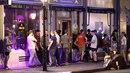 Hloučky kuřáků před barem v Dlouhé ulici.