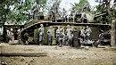 Sedmnáct Němců před superobřím tankem Char 2C, který byl vyráběn za první...