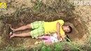 Otec připravuje na smrt dvouletou dceru hrou v hrobě