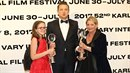 Jeremy Renner si vytáhl holčičku z davu, dal jí do ruky cenu a vyfotili se.