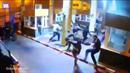 Policista kope do marockých migrantů.