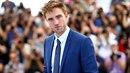 Pattinsona měl režisér filmu nutit, aby ručně uspokojoval psa.